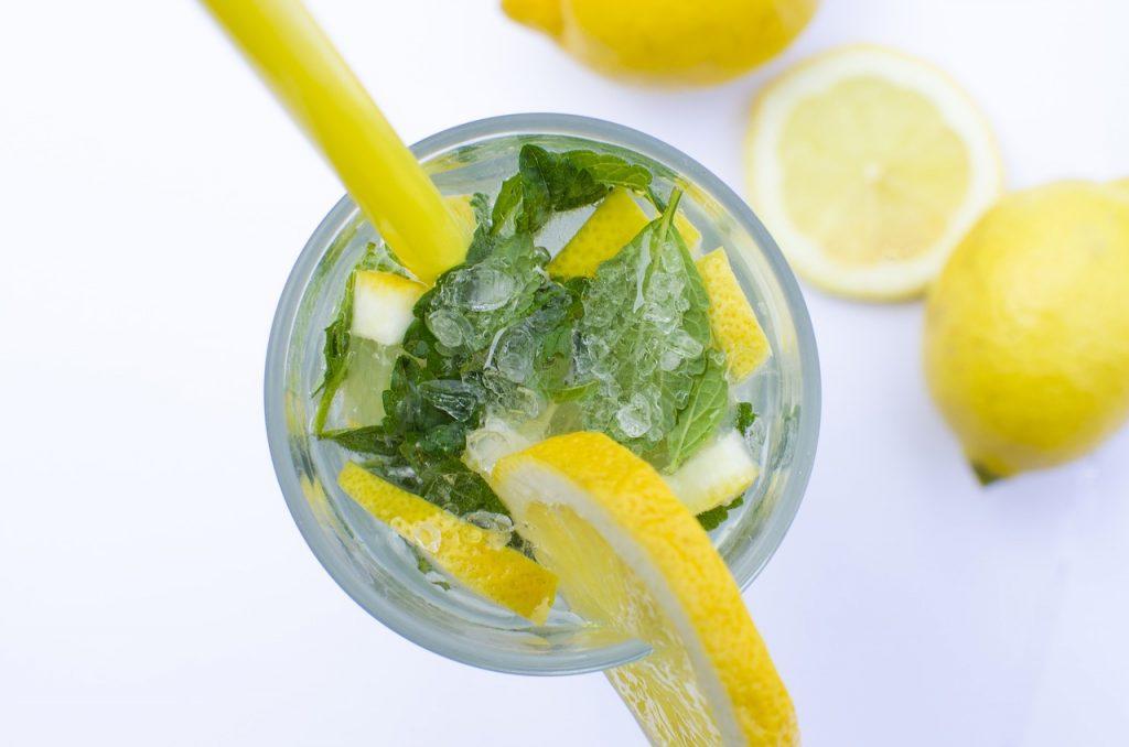 Czy warto pić wodę z cytryną? Szklanka wody z cytryną dla lepszego samopoczucia. Picie wody z cytryną wspomaga odchudzanie - fakty i mity.