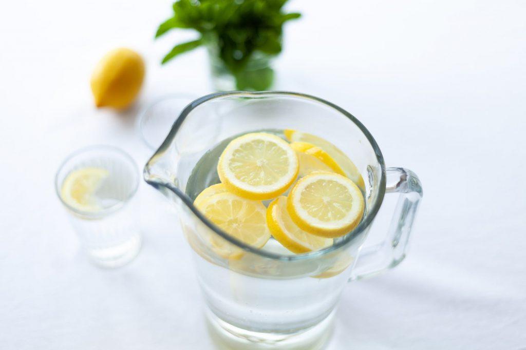 Szklanka soku z cytryny źródłem witaminy C. Warto pić sok z cytryny ze względu na lepsze zapomoczucie. Szklanka wody z cytryną pomaga na wiele dolegliwości.